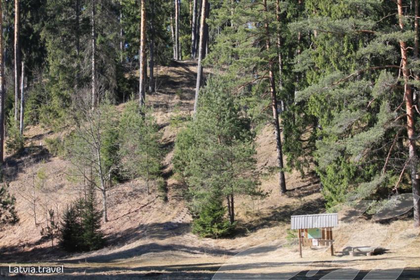 Azimuta 13. kārta Cērtenes pilskalna pļaviņā.
